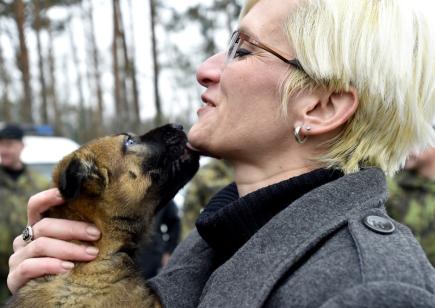 Ministryně obrany Karla Šlechtová navštívila 20. prosince 2017 muniční sklad v Trávčicích na Litoměřicku, kde kromě jiného zhlédla ukázka cvičného zásahu se psem. Na snímku je ministryně se štěnětem psa, který prochází základním výcvikem vojenské policie.