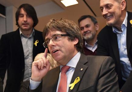 Bývalý katalánský premiér Carles Puigdemont sleduje v Bruselu výsledky voleb do regionálního parlamentu v Katalánsku.