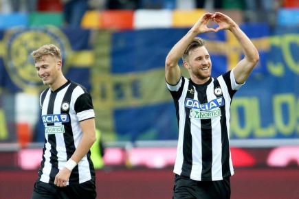 Fotbalisté Udine (zleva) Antonín Barák a Silvan Widmer se radují z gólu v utkání italské ligy.