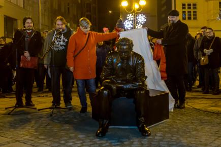 Lavičku v centru Ostravy zdobí od 23. prosince socha Leoše Janáčka. Slavný hudební skladatel je zachycen v životní velikosti a s liškou Bystrouškou v náručí. Lidé si k soše mohou přisednout na Jiráskově náměstí.