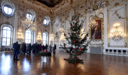 Arcibiskupský zámek v Kroměříži připravil pro návštěvníky na konci roku speciální sváteční prohlídky nazvané Andělské Vánoce. O výzdobu 11 reprezentačních místností v prvním patře zámku včetně slavného Sněmovního sálu (na snímku z 27. prosince 2017) se postaraly floristky z Květné zahrady. Sváteční prohlídky zámku potrvají do 31. prosince.