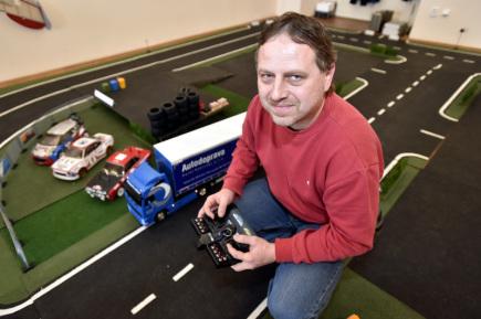 Michal Brázdil (na snímku z 29. prosince 2017) vystavuje své modely kamionů na zámku Holešově na Kroměřížsku. Čtyřiačtyřicetiletý modelář staví dálkově ovládané kamiony v měřítku 1:14. Aby byl model maximálně věrný, doplnil ho Brázdil elektronikou, světelnými moduly a zvukovým modulem, díky kterému vůz troubí.