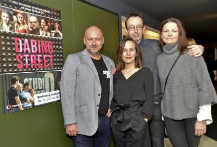 V pražském kině Aero se 30. prosince uskutečnil seriálový maraton všech 12 dílů komediálního seriálu Petra Zelenky Dabing Street. Na snímku zleva je kameraman Alexander Šurkala, herečka Tereza Voříšková, režisér Petr Zelenka a herečka Klára Melíšková.