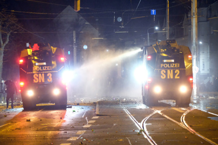 Policie v Lipsku zasahuje během násilností, které vypukly při oslavách Nového roku.