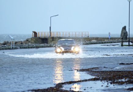 Vůz projíždí zaplaveným parkem v irském Galwayi.