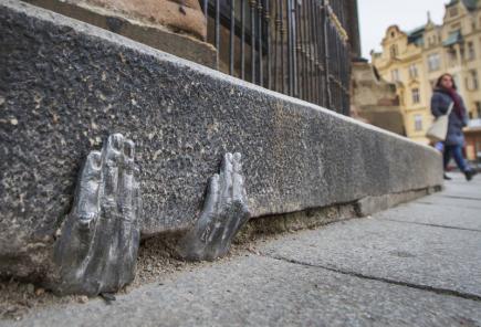 Dvě tajemné kovové ruce (na snímku z 8. ledna), které jakoby vylézají ze škvíry pod obrubníkem u plzeňské katedrály svatého Bartoloměje, budí zájem turistů i místních lidí. Oficiálně nikdo neví, kdo je tam na konci minulého roku dal, nebo zda mají nějaký hlubší význam.