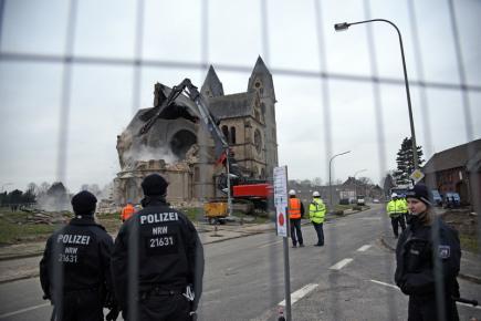 Demolice kostela v německém Immerathu kvůli rozšiřování hnědouhelného dolu Garzweiler.