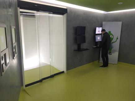 Internetový prodejce Alza.cz představil 10. ledna 2018 prodejnu se samoobslužnými boxy, kterou otevře v Praze u stanice metra Flora. Prodejna bez prodavačů je vybavena schránkami, které obslouží 80 procent sortimentu, včetně velkých televizí.