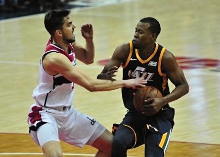 Tomáš Satoranský z Washingtonu (vlevo) a Rodney Hood z Utahu v utkání NBA hraném 10. ledna ve Washingtonu.