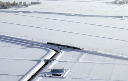 Stovky cestujících strávily na severu Japonska nedobrovolně noc ve vlaku poté, co souprava uvízla ve sněhu. Ačkoli vlak zastavil zhruba jen kilometr od stanice, úřady z bezpečnostních důvodů pasažérům zakázaly vystoupit a dojít zbytek cesty pěšky.