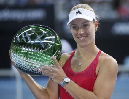 Německá tenistka Angelique Kerberová s trofejí pro vítězku turnaje v Sydney.