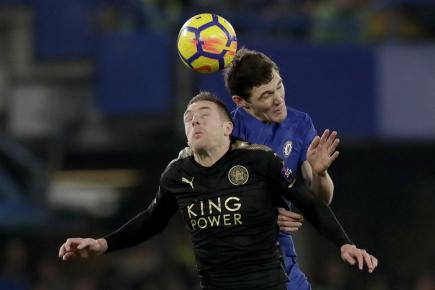 Fotbalista Chelsea Andreas Christensen (vpravo) v hlavičkovém souboji s útočníkem Leicesteru City Jamiem Vardym.