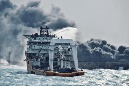 Íránský ropný tanker Sanchi (vzadu), který po srážce s čínskou nákladní lodí týden hořel ve Východočínském moři, se dnes potopil.