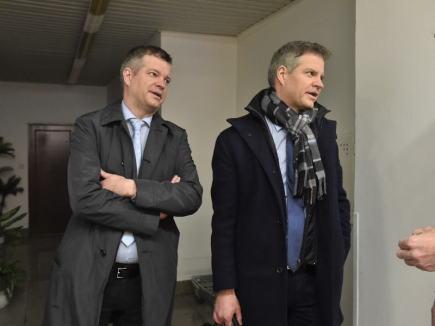 U olomouckého vrchního soudu pokračovalo 17. ledna 2018 projednání kauzy solárních elektráren na Chomutovsku, kvůli které je obžalováno devět lidí v čele s bývalou předsedkyní Energetického regulačního úřadu (ERÚ) Alenou Vitáskovou. Na snímku jsou obžalovaní majitelé elektráren Saša-sun a Zdeněk-sun, bratři Zdeněk (vlevo) a Alexandr Zemkovi.