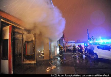 Jen pár hodin poté, co hasiči z hlavního města skončili náročný zásah v pětipatrové budově hotelu na Novém Městě, vyjížděli 21. ledna 2018 časně ráno k požáru lakovny a autodílny ve skladovacím areálu v Průmyslové ulici v Praze 10. Byl vyhlášen třetí stupeň požárního poplachu. Oheň likvidovalo 16 jednotek profesionálních i dobrovolných hasičů. V hořící hale byly tlakové lahve, hořelo vybavení lakovny a část stavební konstrukce haly. Před 06:00 dostali hasiči požár pod kontrolu.