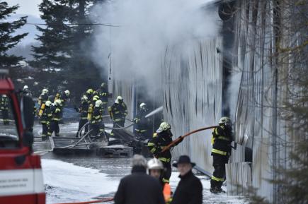 Hasiči zasahovali 22. ledna v Tišnově na Brněnsku u hořící skladovací haly, na místo byla povolaná chemická laboratoř pro kontrolu ovzduší.