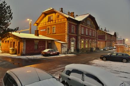 Letos v létě chce Správa železniční a dopravní cesty (SŽDC) začít opravovat nádražní budovu ve Veselí nad Lužnicí (na snímku z 8. února 2018). Rekonstrukce podle odhadů potrvá od letošního července do podzimu roku 2019, vyjde na 19,5 milionu Kč.