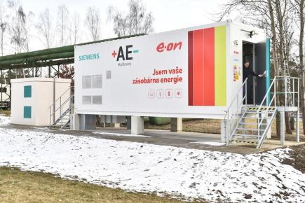 Energetická společnost E.ON uvedla 12. února 2018 v Mydlovarech na Českobudějovicku do zkušebního provozu velkokapacitní systém pro ukládání energie. Bateriové úložiště má kapacitu až 1,75 megawatthodiny (MWh).