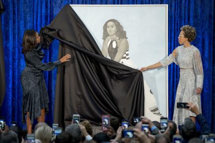 Michelle a Barack Obamovi odhalili ve washingtonské galerii své portréty, které namalovali černošští umělci osobně vybraní někdejším prvním párem USA. Na snímku Michelle Obamová (vlevo) odhaluje obraz spolu s autorkou Amy Sheradovou.