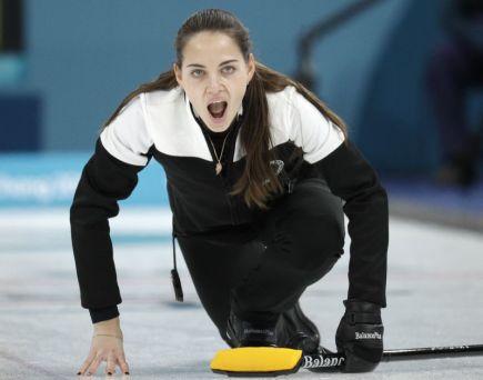 Ruska Anastasia Bryzgalovová v soutěži curlingu smíšených dvojic na ZOH v jihokorejském Kangnungu.