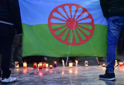 Asi 250 lidí v průvodu se svíčkami a romskou vlajkou prošlo 15. února 2018 Brnem, chtěli pokojně připomenout oběti romského holokaustu. Zároveň odsoudili nedávné výroky představitelů SPD o romském táboře v Letech u Písku. Organizátoři průvodu je považují za nepřijatelné popírání romského holokaustu.