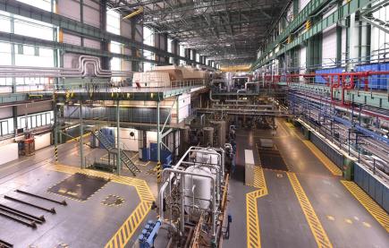 Letošní odstávky čtyř bloků Jaderné elektrárny Dukovany by měly v součtu trvat okolo 230 dnů a ještě asi o tři měsíce kratší by měly být v příštím roce. Elektrárna se vrací do standardního režimu poté, kdy i díky miliardovým investicím získala pro všechny bloky nová povolení provozu. Na snímku pořízeném 20. února 2018 při prohlídce elektrárny je pohled na strojovnu prvního a druhého bloku.