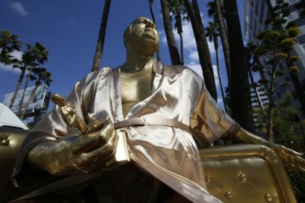 Zlatá socha nechvalně proslulého filmového producenta Harveyho Weinsteina se ve čtvrtek objevila na jednom z hlavních hollywoodských bulvárů. Podle informace serveru Hollywood Reporter sedí muž obviněný z mnoha případů sexuálního násilí na čalouněném divanu a gestem ruky zve kolemjdoucí k sobě. V druhé ruce Weinstein drží sošku Oscara umístěnou v rozkroku.
