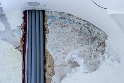 Stavbaři při opravě Valdštejnského zámku v centru Jičína narazili na historické malby (na snímku z 2. března 2018). Stavební práce to může zpozdit. Na zámku pokračuje první etapa oprav, která začala loni v létě. Měla by skončit do začátku letní turistické sezony.