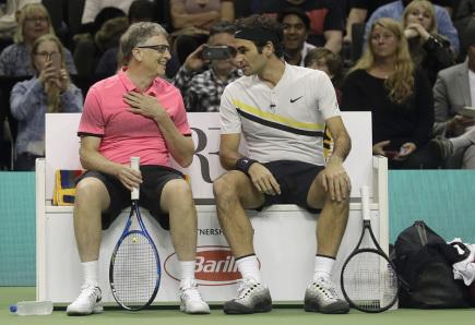Švýcarský tenista Roger Federer (vpravo) a zakladatel Microsoftu Bill Gates v exhibiční čtyřhře v kalifornském San Jose.