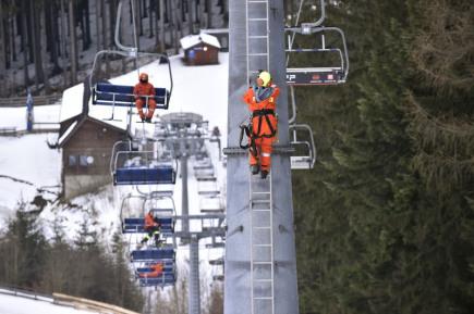 Osmnáct hasičů Zlínského kraje cvičilo 6. března 2018 v zimním středisku Kohútka u Nového Hrozenkova na Vsetínsku záchranu lidí z lanovky.