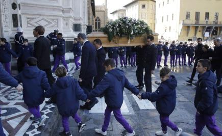 S náhle zesnulým kapitánem fotbalistů Fiorentiny Davidem Astorim se na pohřeb ve Florencii přišli rozloučit protihráči i tisícovky fanoušků.