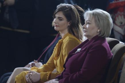 První dáma Ivana Zemanová (vpravo) s dcerou Kateřinou (vlevo) sledují 8. března 2018 druhý prezidentský slib Miloše Zemana ve Vladislavském sále Pražského hradu.
