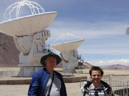 Soustava 66 radioteleskopů, z nichž většina má průměr talíře 12 metrů, leží na plošině Atacama v Chile v nadmořské výšce přes 5000 metrů. Slouží k pozorování celého vesmíru. K provozu a výzkumu významně přispívají i čeští vědci, v Ondřejově sídlí jeden z evropských uzlů Evropské jižní observatoře. Na snímku z 13. prosince 2014 jsou astronom Miroslav Bárta (vpravo) z českého uzlu EU-ARC.CZ spolu se Stephenem Whitem ze severoamerického centra pro ALMA před radioteleskopy na plošině Atacama v Chile.