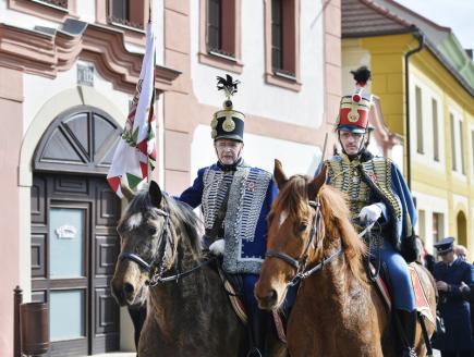 V Čechách málo známého rodáka Norberta Ormaiho si 10. března v Dobřanech na Plzeňsku připomněli občané města spolu se zástupci maďarského velvyslanectví. V Maďarsku patří plukovník revoluční armády Ormai k osobnostem a mučedníkům revoluce z roku 1848. Při příležitosti 170. výročí revoluce byla v Dobřanech na Ormaiho rodném domě odhalena pamětní deska, jejímž autorem je maďarský výtvarník Attila Zsigmond. Na snímku maďarští husaři na koních.