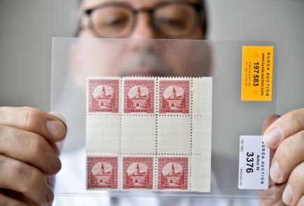 Blok známek s označením Nitra 1 Kč červená (na snímku z 6. března 2018).