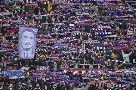 Fanoušci fotbalistů Fiorentiny s portrétem zesnulého kapitána Davide Astoriho během ligového utkání proti Benevento.