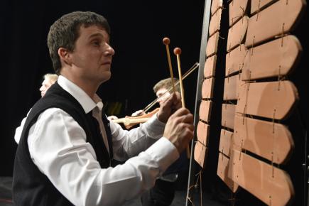 Kapela Keramorchestr se 11. března 2018 zapsala při koncertě ve Velké nad Veličkou na Hodonínsku do České knihy rekordů. Kapela jako jediná hraje na hudební nástroje vyrobené z keramických materiálů, nejčastěji ze střešní krytiny. Jejich tvůrcem je zároveň vedoucí jinak běžné cimbálové kapely Petr Pavlinec (na snímku).