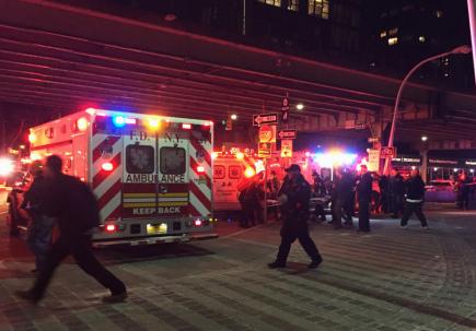 V New Yorku se v neděli večer zřítil vrtulník Eurocopter AS350 do řeky East River. Na snímku převážejí záchranáři jednoho ze zraněných do nemocnice.