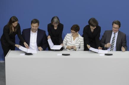 Generální tajemníci SPD, CDU a CSU při podpisu koaliční smlouvy v Německu.