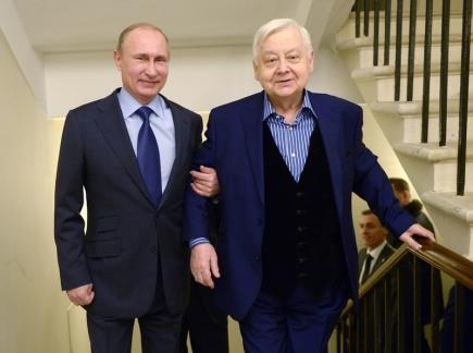 Ruský režisér, herec a pedagog Oleg Tabakov (vpravo) s prezidentem Vladimirem Putinem na snímku z 28. ledna 2015.