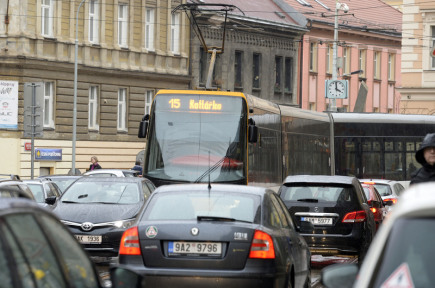 Začínající oprava Husitské ulice v Praze 3 zkomplikovala 12. března dopravu v souběžné Seifertově ulici (na snímku).