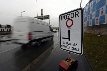 Začínající oprava Husitské ulice v Praze 3 zkomplikovala 12. března dopravu v souběžné Seifertově ulici. Auta z Husitské projíždějí Seifertovou, která je úzká, po tramvajových kolejích a blokují provoz hromadné dopravy. Seifertovou přitom spolu s tramvajemi jezdí odkloněná autobusová linka 207. Na snímku je dopravní značení za křižovatkou U Bulhara.