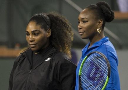 Serena (vlevo) a Venus Williamsovy před tenisovým zápasem na turnaji v Indian Wells.