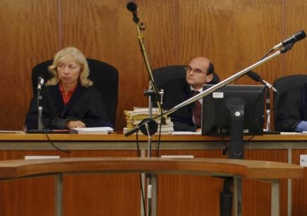Policie 13. března 2018 zadržela soudce  vrchního soudu Ivana Elischera. Na snímku z  5. záři 2008 Elischer (vpravo) u ústeckého krajského soudu.