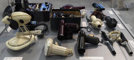 Na 300 radiopřijímačů, telefonů, fotoaparátů, spotřebičů pro domácnost, hraček a dalších výrobků z bakelitu si budou moci lidé prohlédnout od 14. března v Národním technickém muzeu v Praze na výstavě Kouzlo bagelitu.