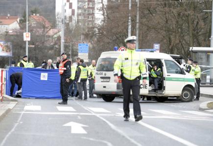Policisté zasahují na místě nehody 13. března 2018 u obchodního centra v pražské Hostivaři, kde osobní automobil srazil čtyři chodce. Jedna žena a jeden muž i přes pomoc záchranářů zemřeli, další dvě ženy byly zraněny.