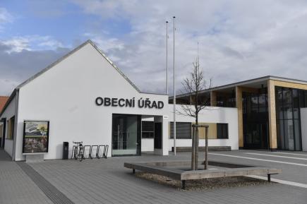 Cenu za nejlepší novostavbu v historickém prostředí pro rok 2017 dnes dostal obecní úřad a další veřejné prostory v obci Bílovice nad Svitavou (na snímku ze 14. března 2018).