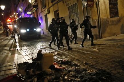 Španělští policisté během nočního zásahu proti demonstrantům v Madridu.