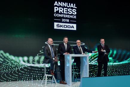 Zleva člen představenstva společnosti Škoda Auto za oblast financí a IT Klaus-Dieter Schürmann, vedoucí komunikace Jens Katemann, předseda představenstva Bernhard Maier a člen představenstva za oblast řízení lidských zdrojů Bohdan Wojnar vystoupili 21. března v Kosmonosech u Mladé Boleslavi na výroční tiskové konferenci.
