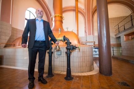 Pravděpodobně nejstarší pivovarnickou varnu v České republice používá protivínský Platan. Na snímku z 11. dubna je sládek Michal Voldřich, který odzvonil konec vaření speciální várky piva ve varně.